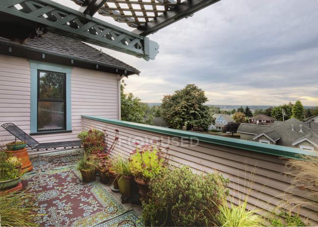 Plantes en pot sur le balcon de la maison à Snohomish, Washington, USA — Photo de stock
