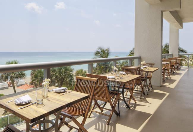 Tavoli vuoti sul balcone ristorante moderno — Foto stock