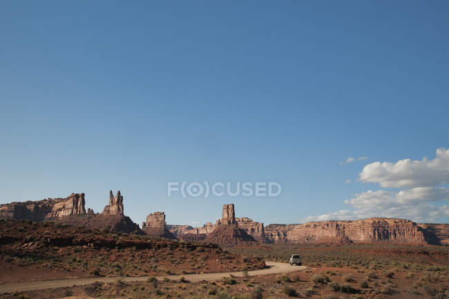 Rock formations along rural road, Valley of the Gods, Utah, United States — Fotografia de Stock