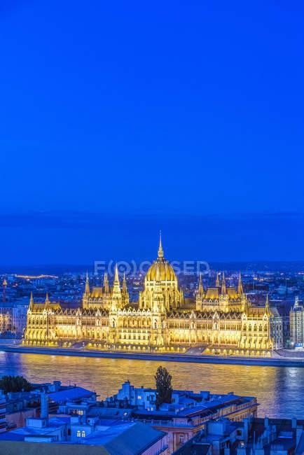 Будівля парламенту з видом на місто в Будапешті, Угорщина — стокове фото