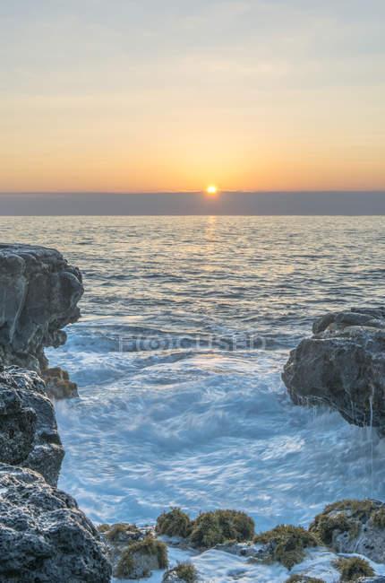 Lever de soleil sur la formation rocheuse sur la belle plage, Mokolea Point, Hawaï, États-Unis — Photo de stock