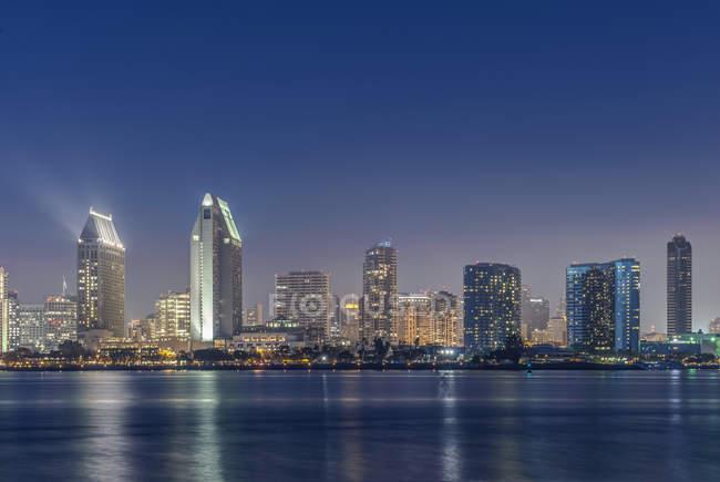 Міські обрії освітлено вночі, Сан-Дієго, Каліфорнія, США — стокове фото