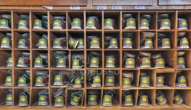 Chaussures de bowling empilées dans l'armoire, Lynnwood, Washington, USA — Photo de stock