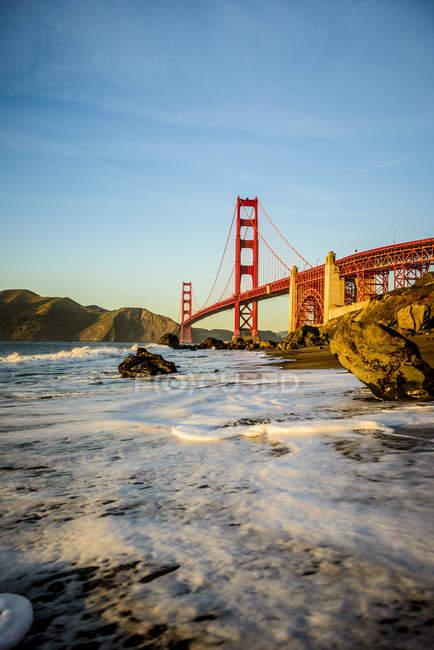 Scenery of Golden Gate Bridge from beach, San Francisco, California, United States — Fotografia de Stock