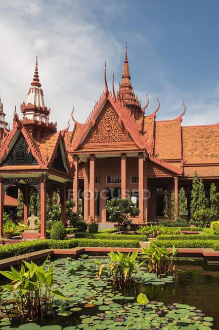 Национальный музей Камбодии и внутренний двор, Пхомпень, Камбоджа — стоковое фото