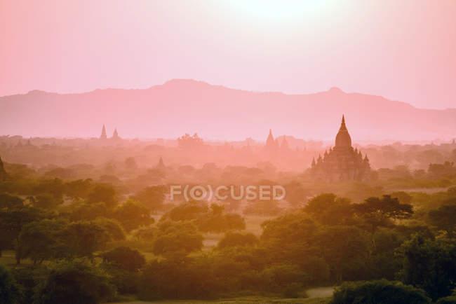 Torri nel paesaggio nebbioso al tramonto a Yangon, Myanmar — Foto stock