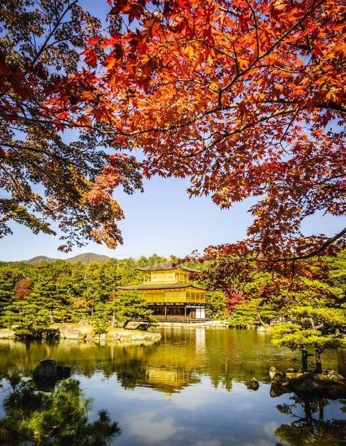 Goldtempel, der sich im stillen See spiegelt, Kyoto, Japan — Stockfoto