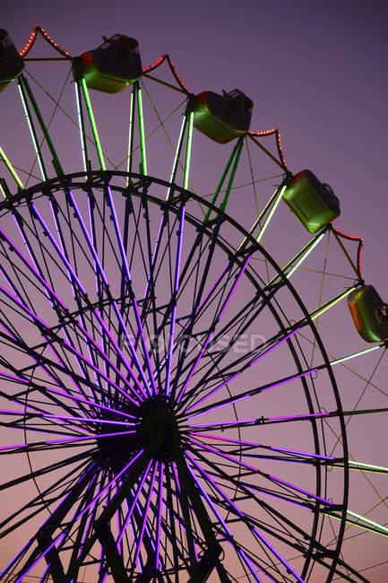 Promenade de roue de Neon Ferris au parc d'attractions la nuit, Puyallup, Washington, Etats-Unis — Photo de stock