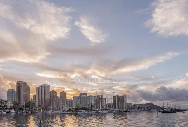 El horizonte de la ciudad de Honolulu sobre el océano, Hawái, Estados Unidos - foto de stock