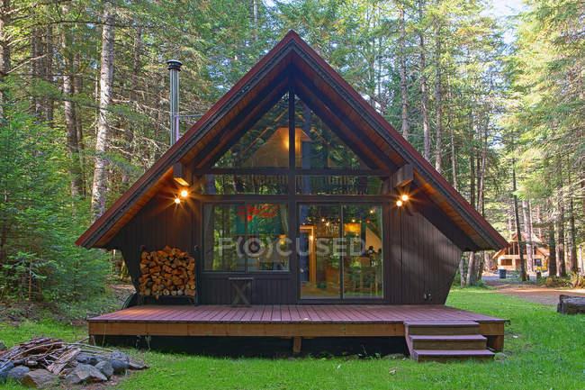 Casa moderna con cortile nel prato della foresta — Foto stock