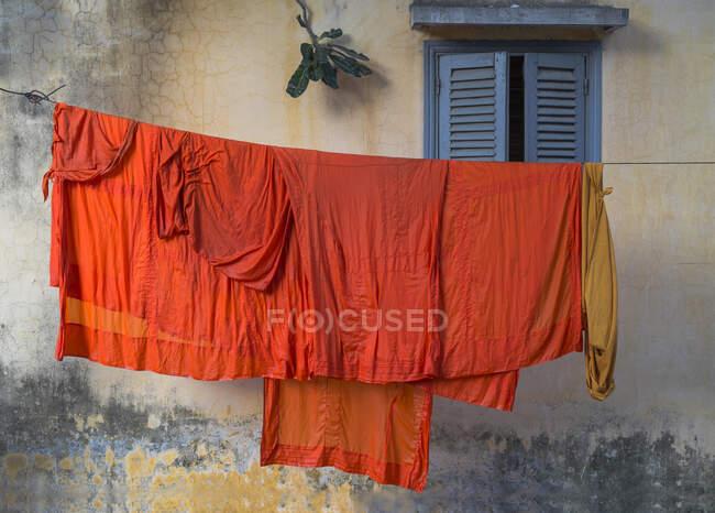 Roupas de monge budistas penduradas no varal — Fotografia de Stock