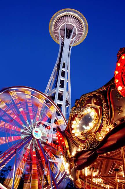Low angle view of Space Needle, ferris wheel and carousel under night sky, Seattle, Washington, Estados Unidos — Fotografia de Stock