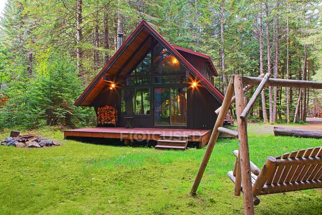Maison moderne avec arrière-cour dans la prairie forestière — Photo de stock