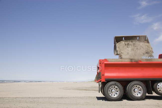 Caminhão pá areia na praia — Fotografia de Stock