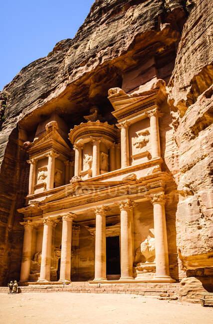 Edifício Al Khazneh esculpido no rosto do penhasco, Petra, Jordânia, Jordânia — Fotografia de Stock