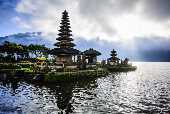 Pagode flutuando na água, Baturiti, Bali, Indonésia — Fotografia de Stock