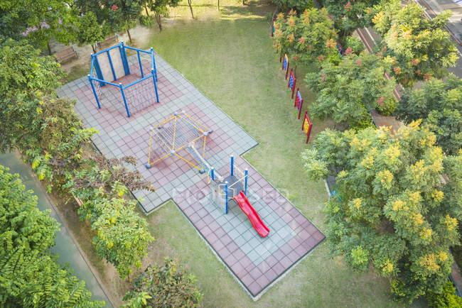 Vista aérea del parque infantil vacío en el parque verde de la ciudad - foto de stock
