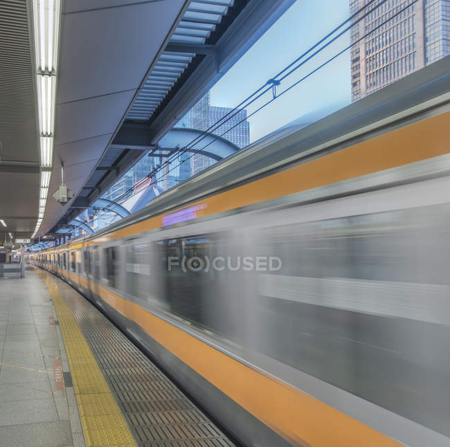 Blurred view of train leaving platform, Tokyo, Japan — Foto stock