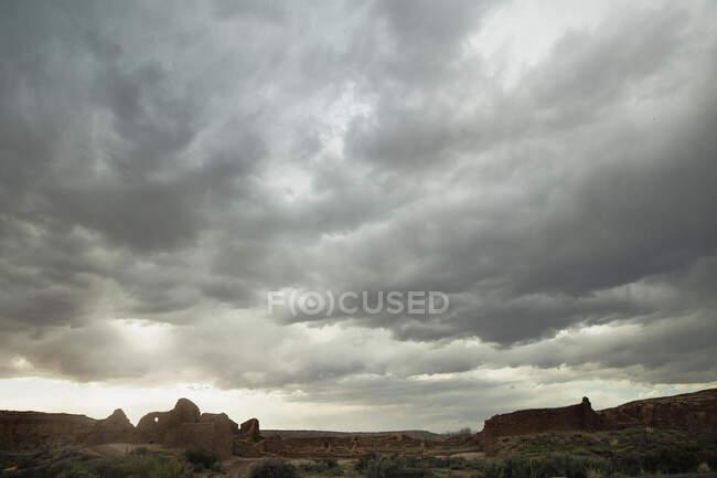 Céu nublado sobre formações rochosas, Chaco Canyon, Novo México, Estados Unidos da América — Fotografia de Stock
