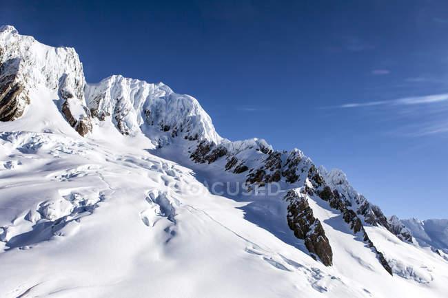 Снег на солнечной горной поверхности, Южный остров, Новая Зеландия — стоковое фото