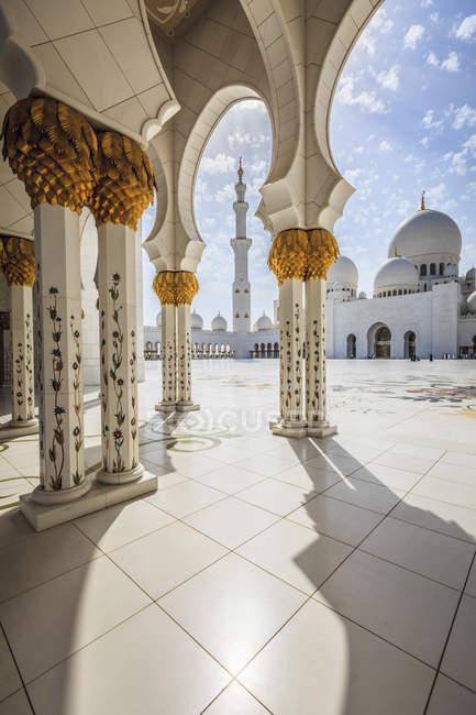 Ornate columns of Sheikh Zayed Grand Mosque, Abu Dhabi, United Arab Emirates — стокове фото