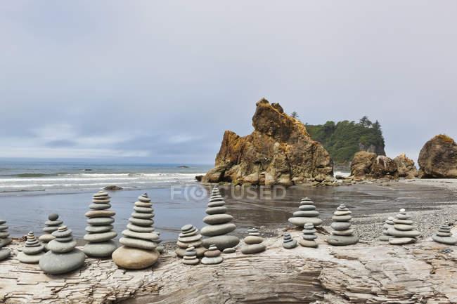Штабелированные камни на пляже Руби, Форкс, Вашингтон, США — стоковое фото