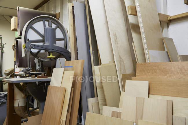 Пиломатеріали з дерева в промисловому столярній майстерні — стокове фото