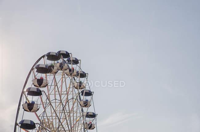 Roda gigante contra o céu azul com nuvens — Fotografia de Stock