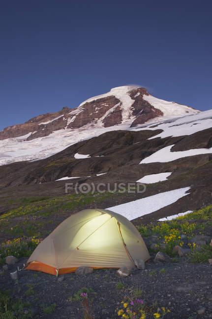 Tenda brilhante no acampamento em paisagem remota de North Cascades, Washington, EUA — Fotografia de Stock