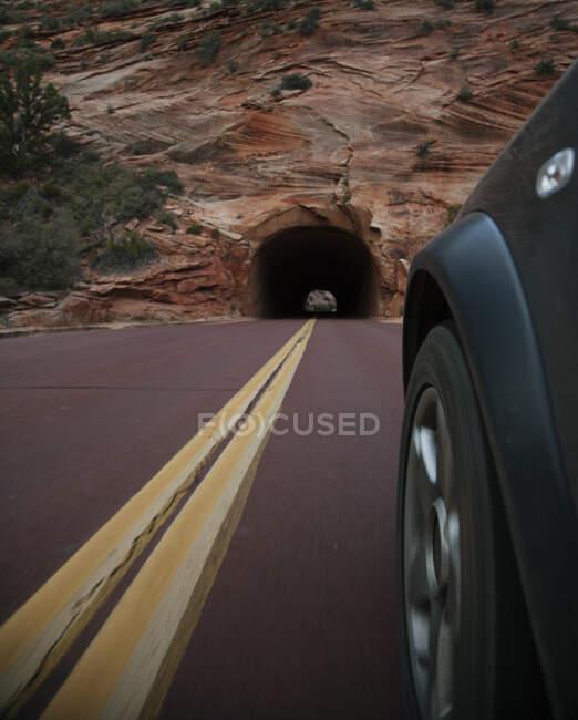 Carro dirigindo na estrada rural em Zion National Park, Utah, Estados Unidos da América — Fotografia de Stock
