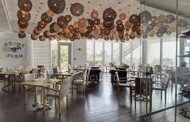 Lanterne su tavoli in un ristorante di lusso — Foto stock