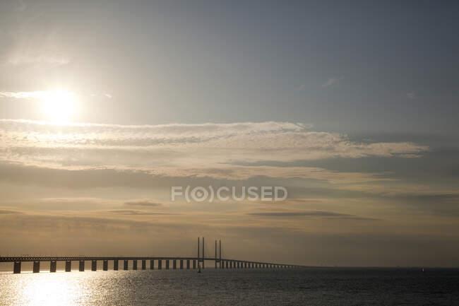 Sole nel cielo sopra il ponte di Oresund, Malmo, Svezia — Foto stock