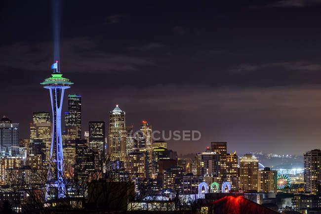 Освітлені будівлі міського пейзажу, Сіетл, Вашингтон, США — стокове фото