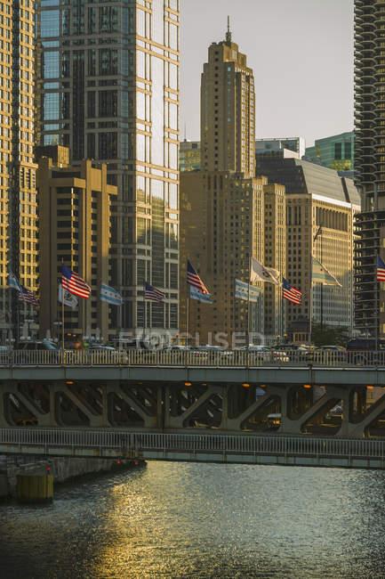 Міст через річку Чикаго з американськими прапорами, Чикаго, Іллінойс, Сполучені Штати — стокове фото