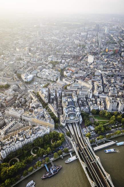 Вид с воздуха на город и реку Лондона, Англия — стоковое фото