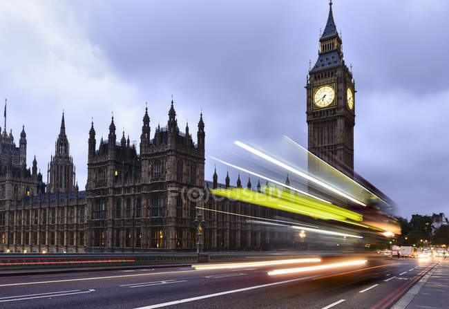 Motion blur of traffic and bus passing Houses of Parliament, London, United Kingdom — стоковое фото