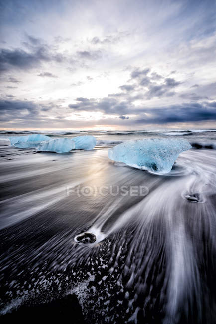 Glacier washing up on remote beach in Iceland, Europe — Stock Photo