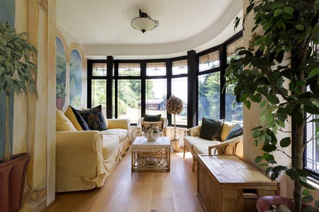 Sala de visitas luxuosa com janelas de louro — Fotografia de Stock