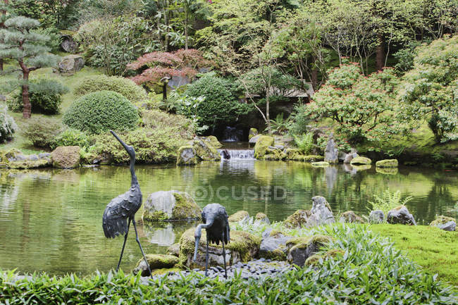 Crane statues at pond in Japanese Garden, Portland, Oregon, United States — Stock Photo