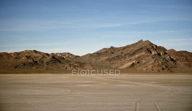 Salt flat and dry mountains, Bonnaville Salt Flats, Utah, United States — Foto stock