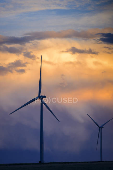 Wind turbines at sunset under scenic cloudscape, Colorado, USA — стокове фото
