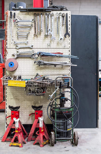 Інструменти висячі з прив'язки стіни на складі — стокове фото