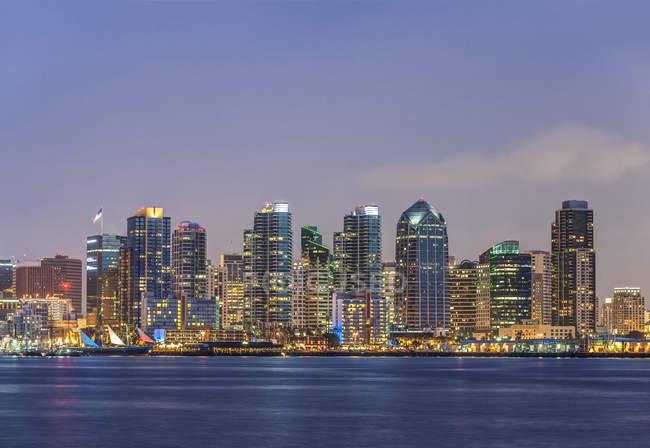 El horizonte de la ciudad se iluminó por la noche, San Diego, California, Estados Unidos - foto de stock