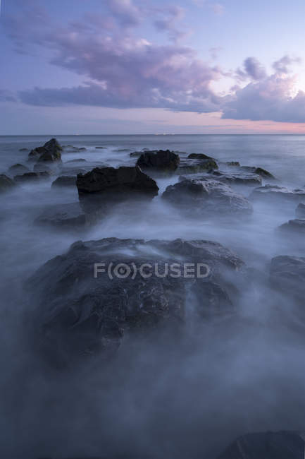 Fog on rocks at ocean shore, Cape May, New Jersey, USA — Stock Photo