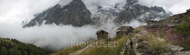 Кам'яні котеджі поблизу гора Блан стежка, Бертоне притулок, Італія — стокове фото