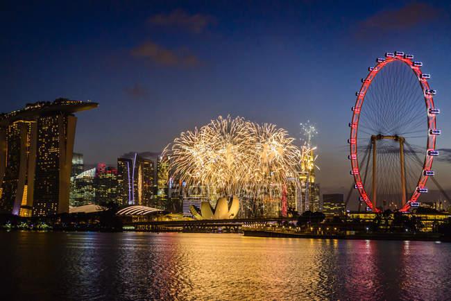 Феєрверк над містом Сінгапур, Сінгапур, Сінгапур — стокове фото