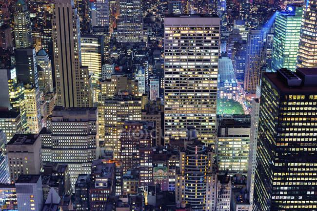 Вид з висоти висотні будівлі в міський пейзаж в сутінки — стокове фото