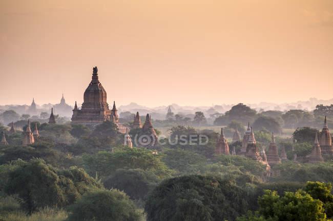 Pagode nel paesaggio al tramonto a Yangon, Myanmar — Foto stock