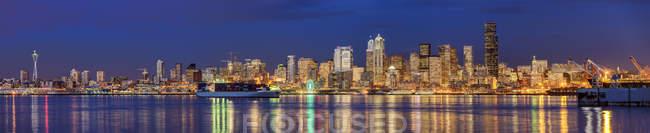 Número 12 iluminado en rascacielos por la noche, Seattle, Washington, Estados Unidos - foto de stock