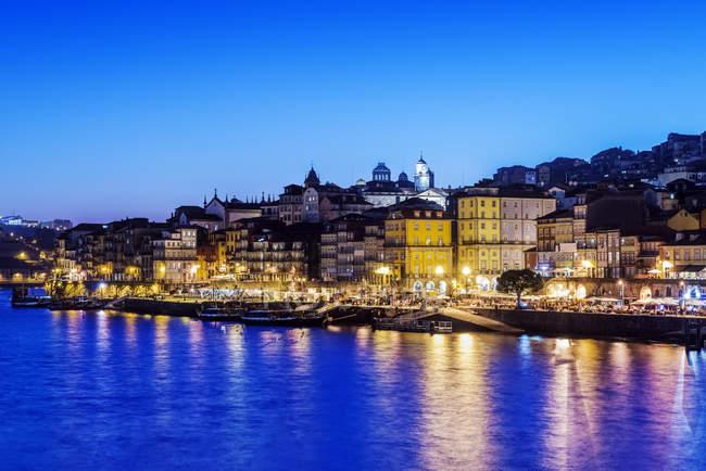 Porto paesaggio urbano e porto illuminato di notte, Oporto, Portogallo — Foto stock